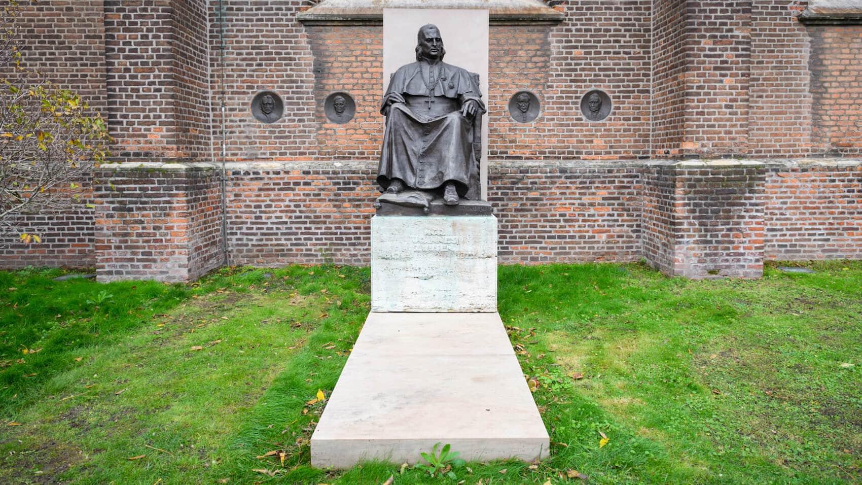 Monument Mgr. Joannes Zwijsen
